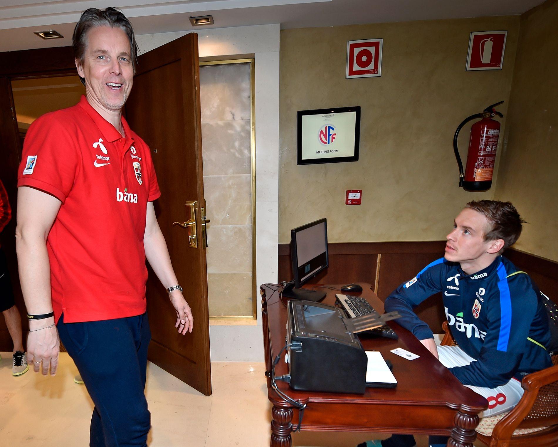 SLUTTER PÅ LANDSLAGET: Jan Åge Fjørtoft vil ikke lenger være en del av støtteapparatet til det norske fotballandslaget. Her er han i Marbella foran bortekampen mot Kroatia i fjor. Til høyre: Stefen Johansen.
