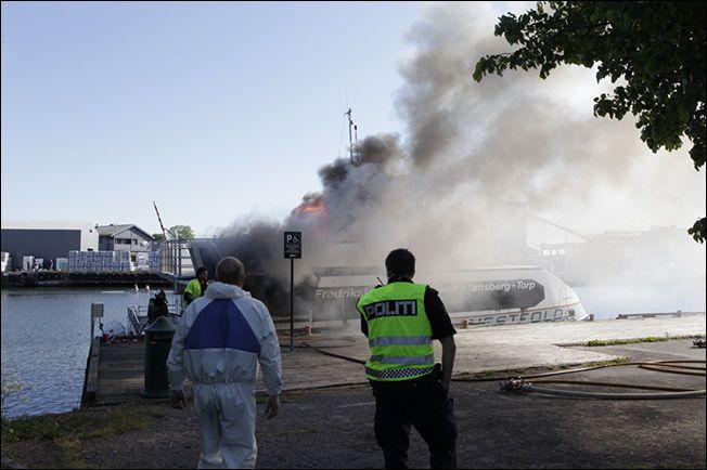 VED KAIEN: Politi og brannvesen rykket raskt ut til stedet etter å ha fått melding om brannen. Foto: PEDER GJERSØE