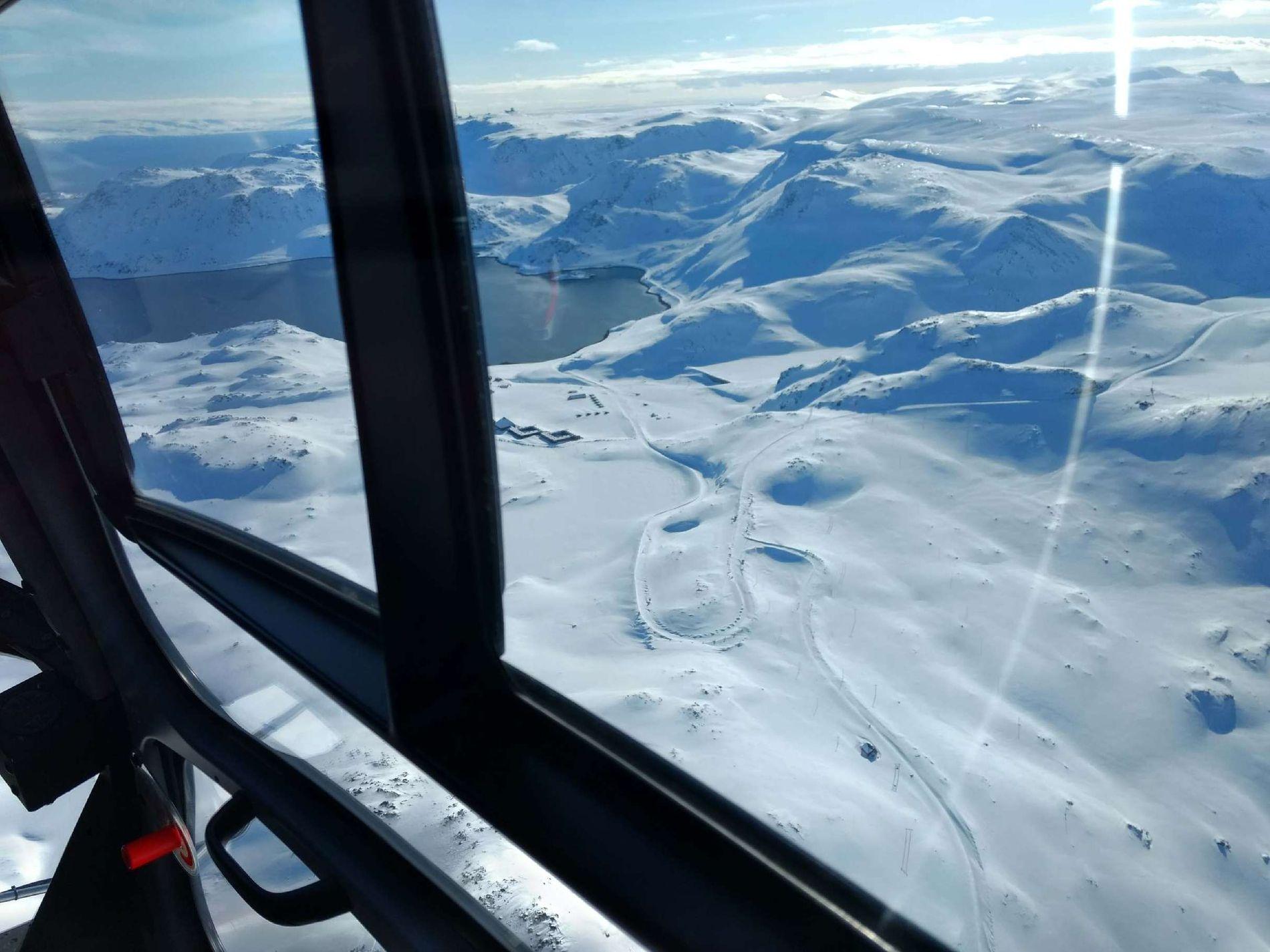 FLOTT UTSIKT: Det tok fem minutter med helikopter til Honningsvåg. Under er veien ved Kamøyvær og utsikten fra helikopteret.