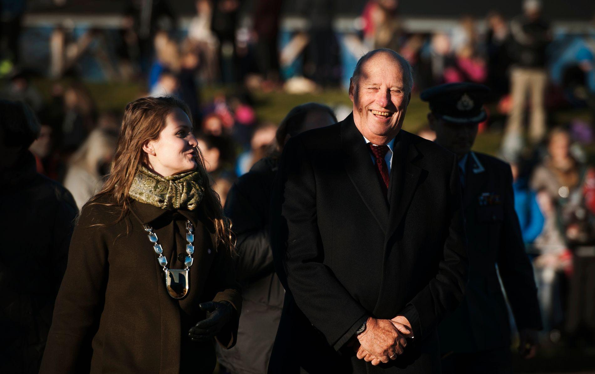 BLID: Hans Majested Kong Harald på besøk i Malvik, her sammen med ordfører Ingrid Aune (Ap).
