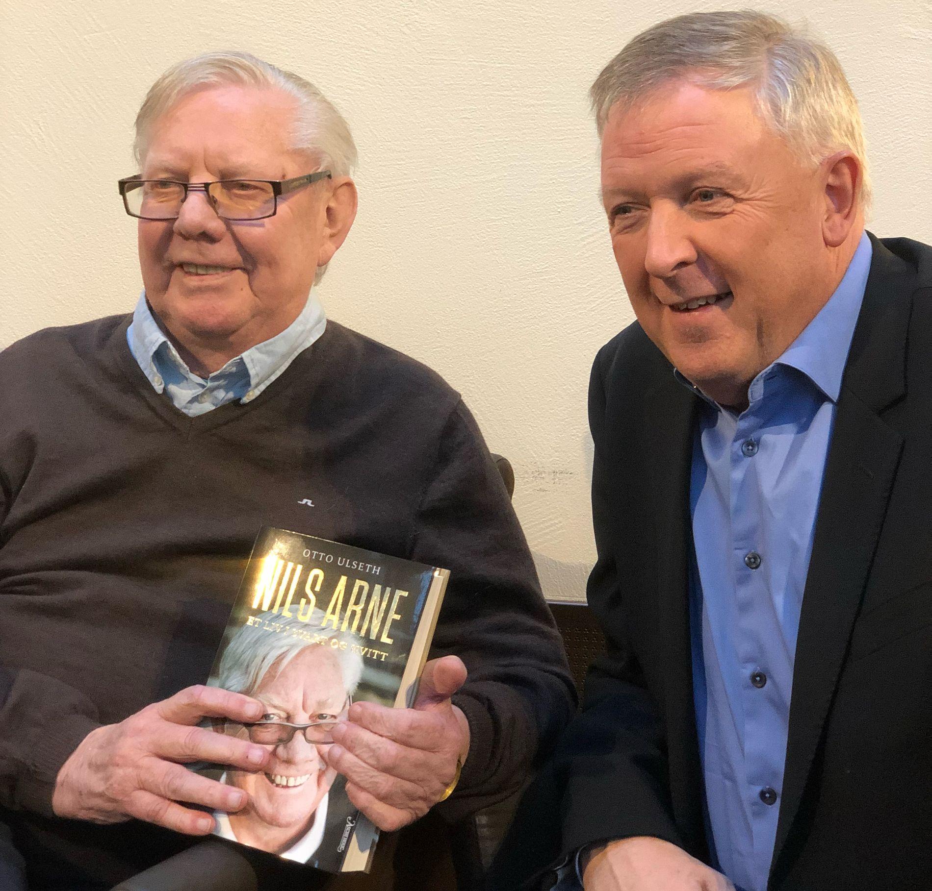 NY BOK: Nils Arne Eggen og forfatter Otto Ulseth viste fredag fram sin nye bok om trenerlegenden.