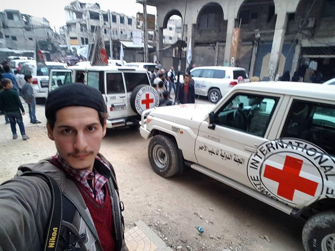 INNBYGGER: Firas Abdullah, her på et bilde fra Douma da nødhjelp kom inn til enklaven tidligere i vinter.