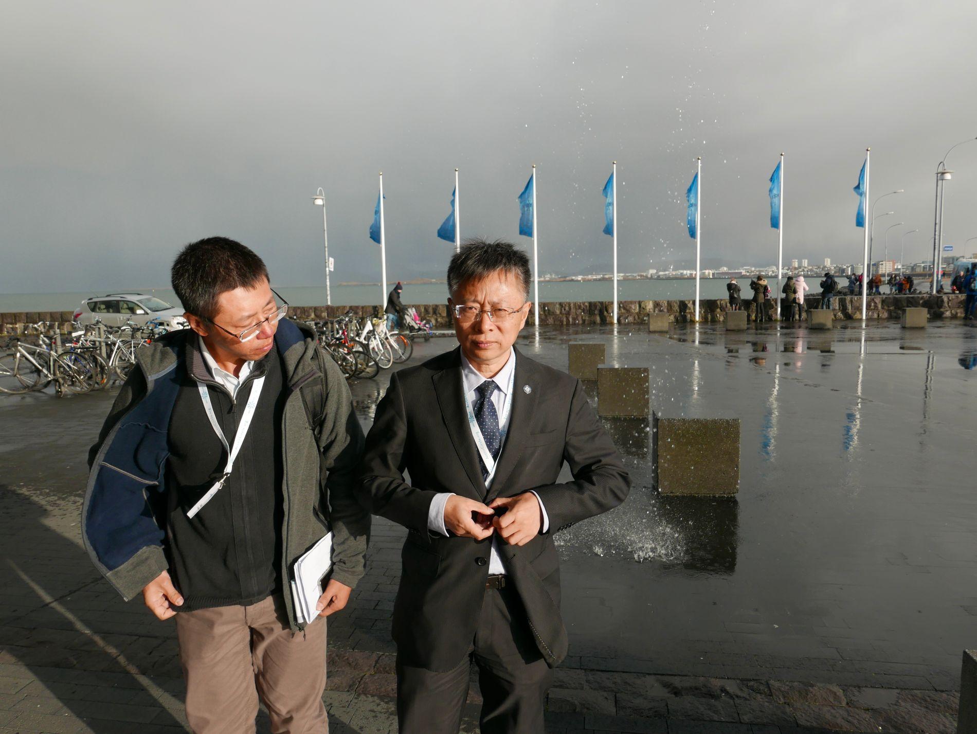LANGT HJEMMEFRA: Forsker Huigin Yang (t.h) er leder for det kinesiske polarinstituttet. Han og kollegene følger utviklingen i Arktis med stor interesse, fordi det får direkte konsekvenser for kinesisk klimapolitikk, forskningsvirksomhet og forretninger.