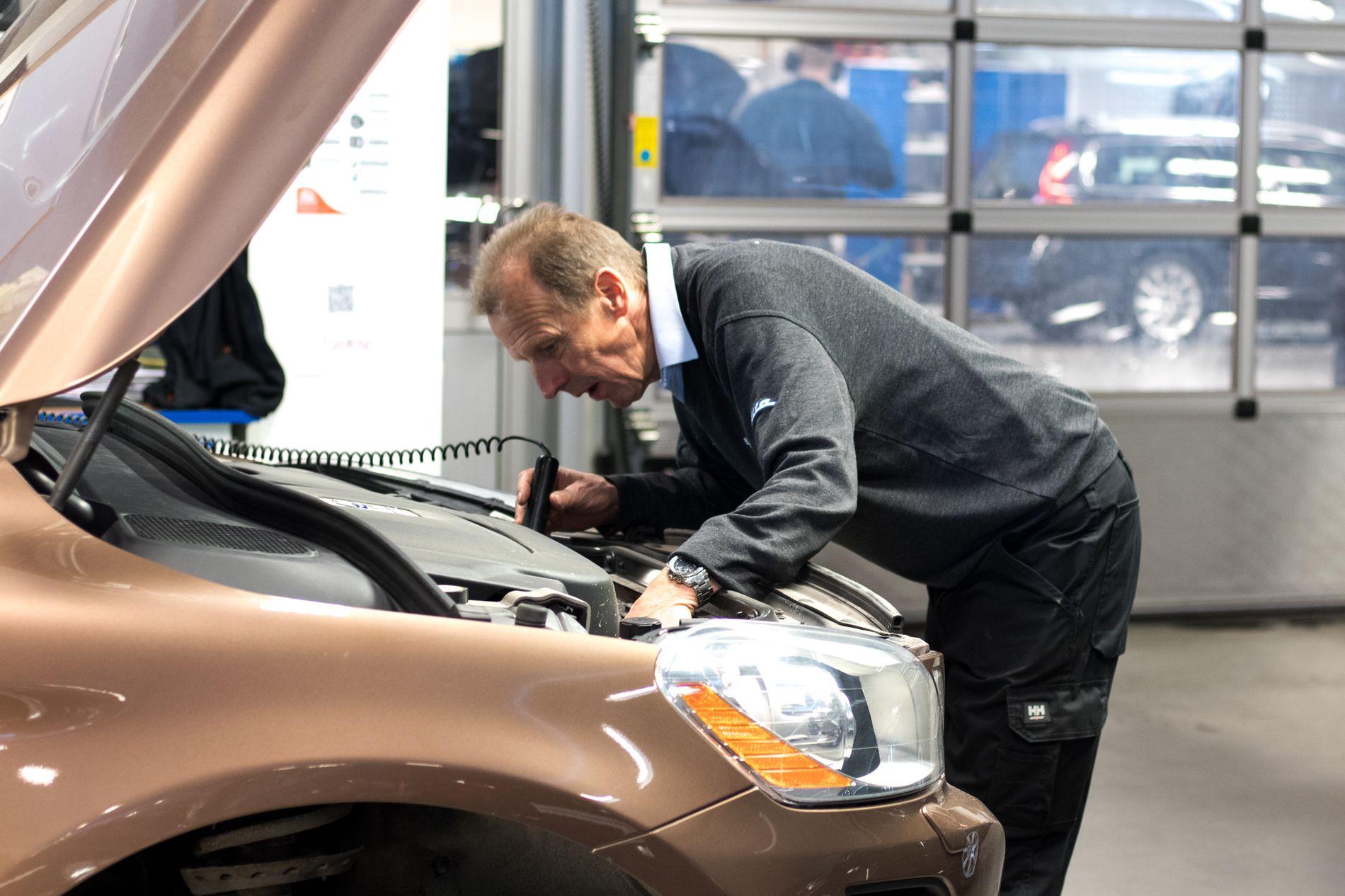 KLARGJØRES: På Bilias verksteder blir alle biler som kommer inn grundig sjekket for feil og mangler.