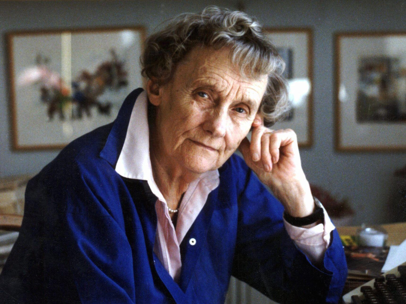 LEGENDE: Astrid Lindgren, her avbildet hjemme i Stockholm ved sitt eget skrivebord noen år før hun gikk bort.