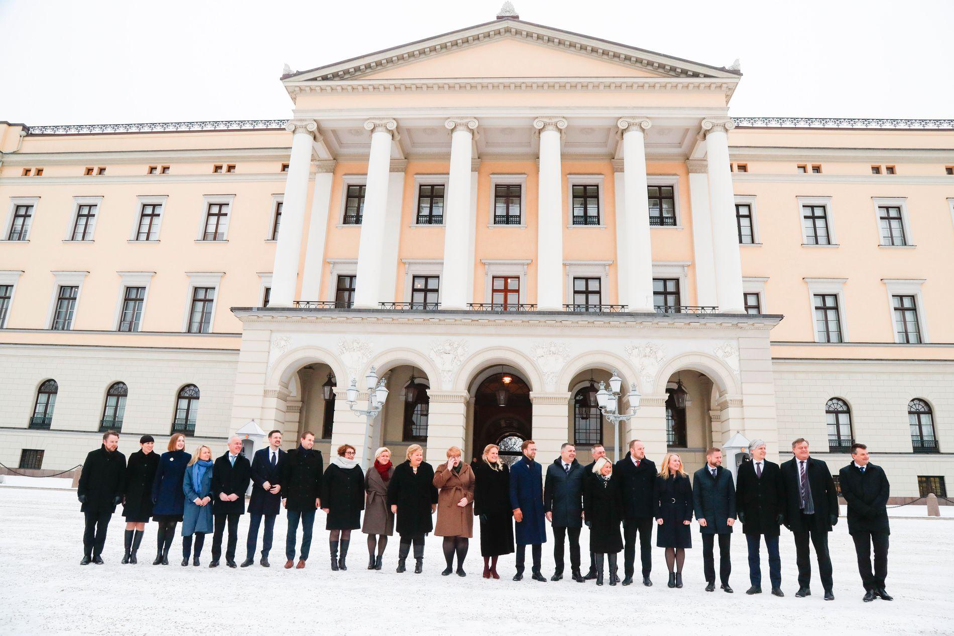 REKORDSTOR: Erna Solberg presenterte tirsdag sin nye regjeringskabal på Slottsplassen. Aldri før har det vært så mange statsråder i den norske regjeringen.