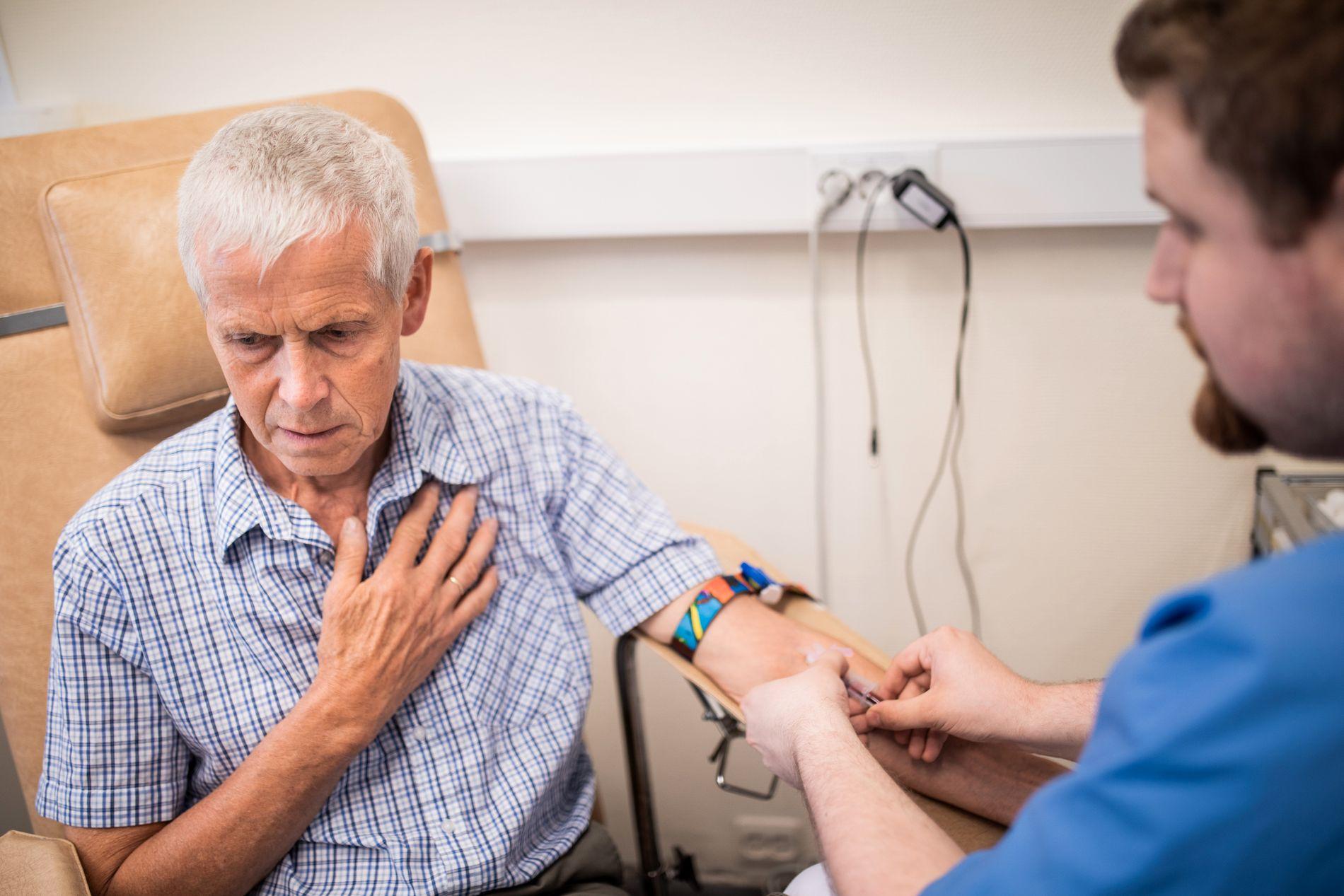 BEKYMRET: Terje Solbakk har fått nei til behandlingen som trolig er hans siste håp. Nå betaler han for immunterapi privat - noe som koster ham dyrt. Her tar han blodprøver i forkant av behandling.