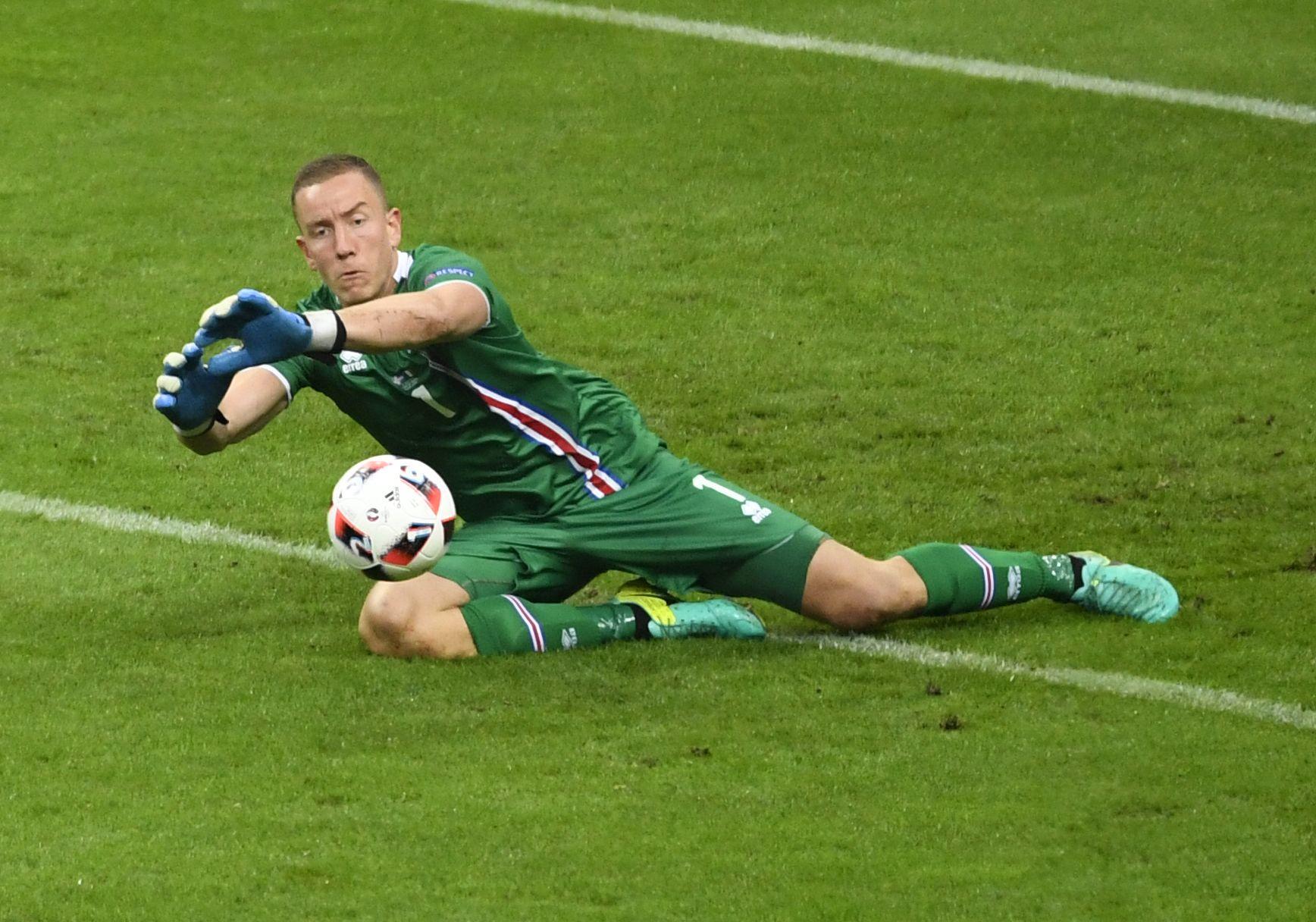I AKSJON: Han har flest redninger av alle i EM, men mot Frankrike fikk Hannes Halldorsson kjørt seg skikkelig.