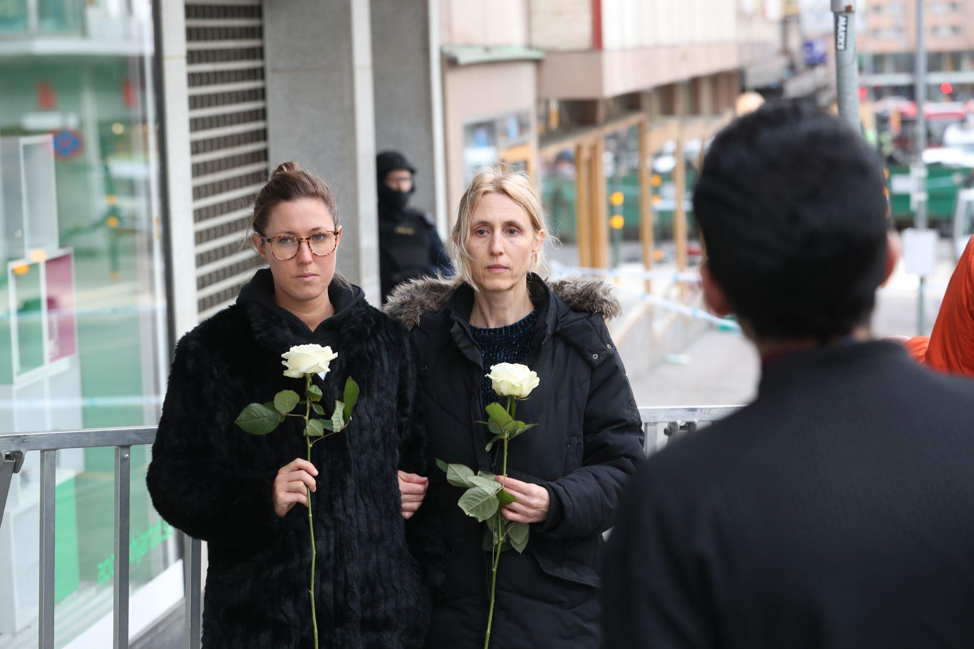 TRISTE: Maria og Emmelie Block har kjøpt med seg hver sin hvite rose som de skal legge på åstedet for terrorangrepet, hvor fire mistet livet og femten ble skadd. Foto: HALLGEIR VÅGENES