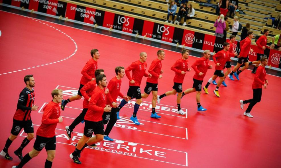 I OPPVARMING: ØIF Arendal-spillerne.