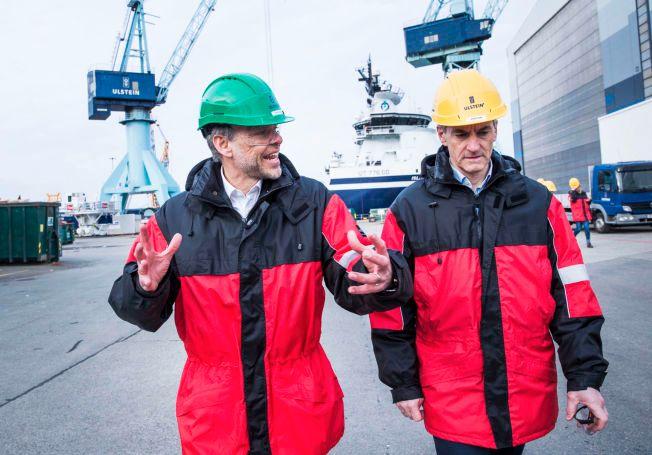 I KRISELAND: NHO-president Tore Ulstein viste Ap-leder Jonas Gahr Støre rundt på Ulstein Verft i Ulsteinvik i går. Han utfordrer han Støre om skatt.