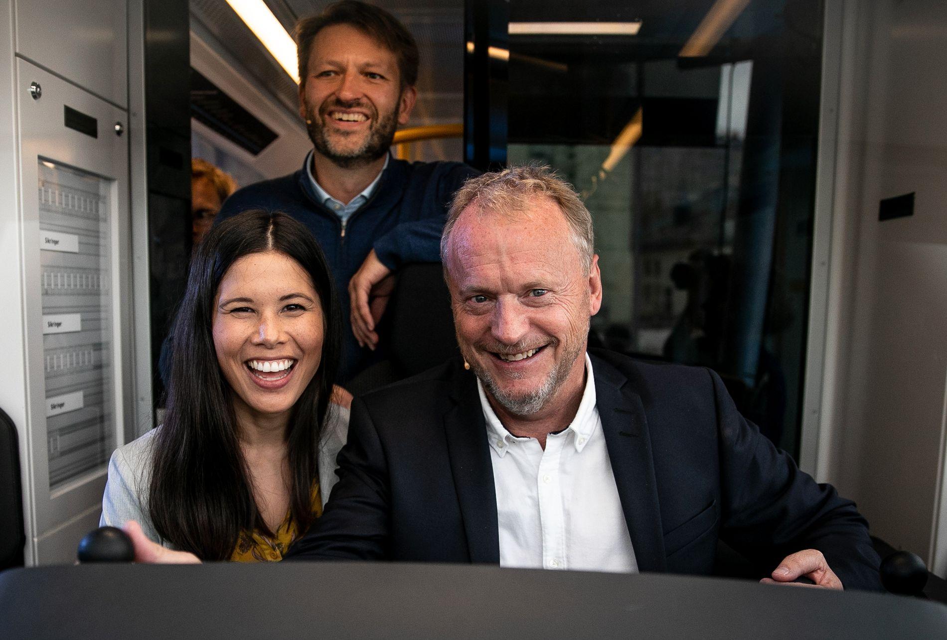 ANGREP BAKFRA: Høyres byrådsleder Eirik Lae Solberg frir til Lan Marie Nguyen Berg og De Grønne i et siste forsøk på å vippe Raymond Johansen ut av byrådslederstolen. Her avbildet da de prøvde nye trikk tidligere i valgkampen.
