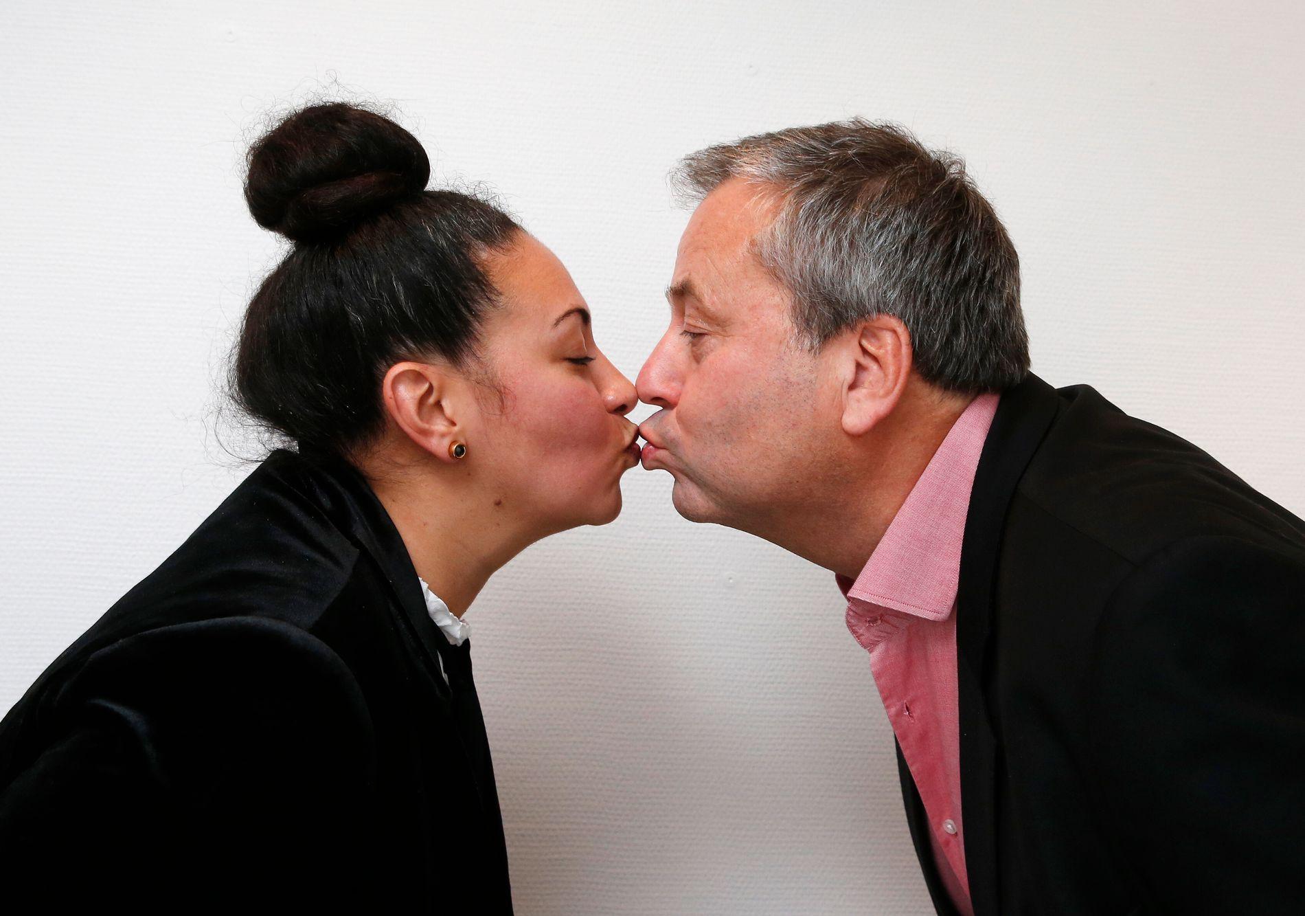 FULL KONTAKT: – Vi kan godt kysse til ære for fotografen, sier forlagssjef Sarah Natasha Melbye og forlegger Arve Juritzen. I vår skal de utgi tre norske erotiske romaner, blant annet en trilogi skrevet av en kjent norsk kulturpersonlighet.
