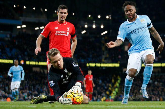 I TRYGGE HENDER: Liverpool-keeper Simon Mignolet har fått noe kjeft denne sesongen. Men akkurat mot Manchester City i slutten av november leverte belgieren. Her med lagkompis Dejan Lovren og Citys Raheem Sterling.