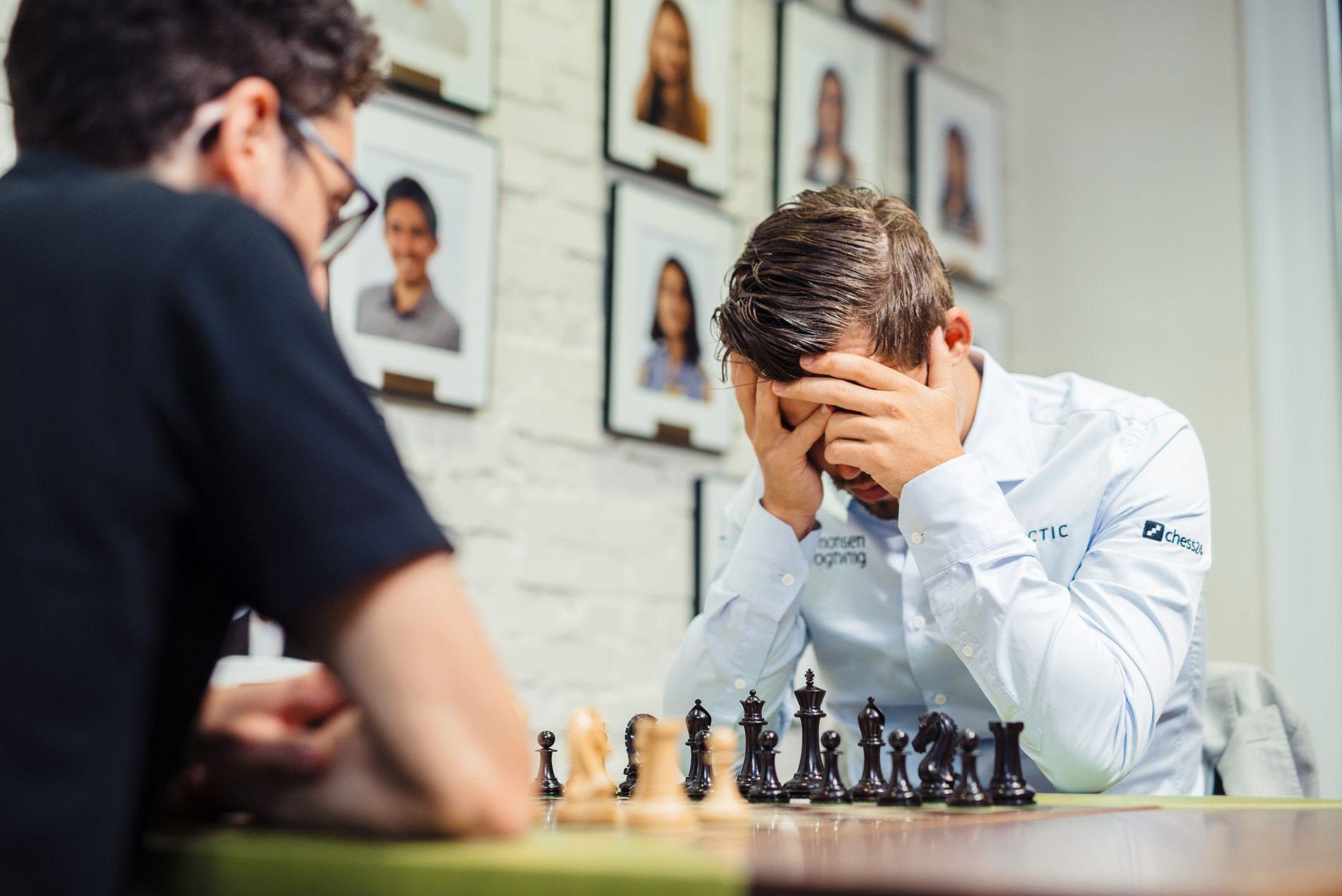 TAP: Magnus Carlsen startet søndagen med tap for Fabiano Caruana (t.v.). Så tapte han også for Levon Aronian.