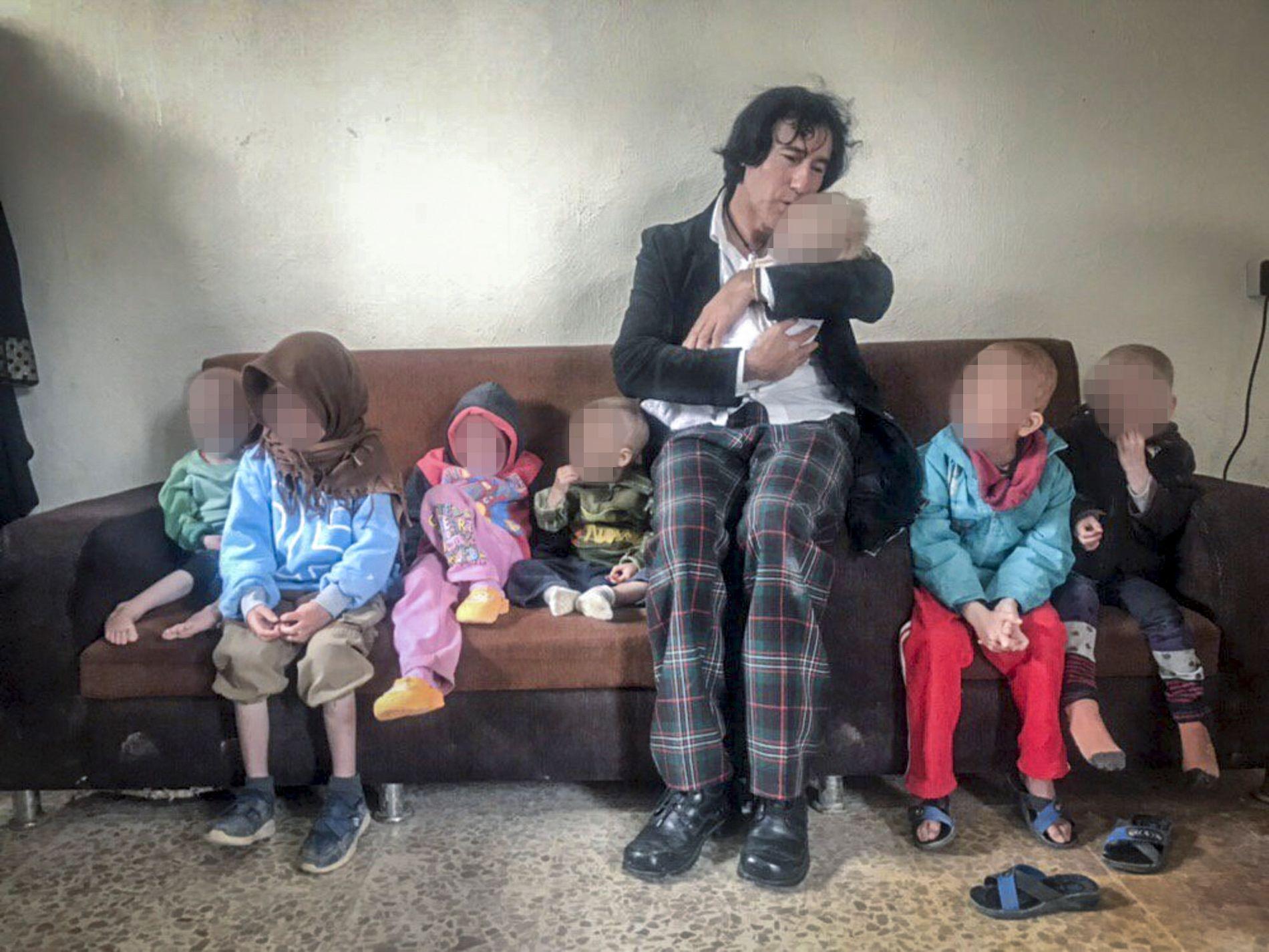 FLYKTNINGELEIR: Patricio Galvez fikk tre timer med barnebarna etter å ha funnet dem i en flyktningeleir i Syria. Nå er planen å få dem til Nord-Irak. Foto: PRIVAT