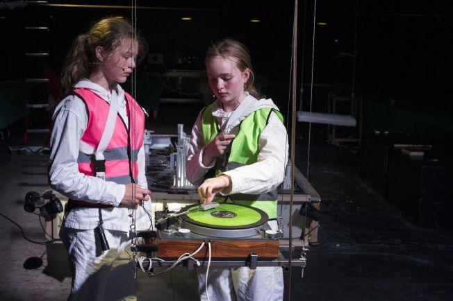 USKYLD: Henrikke Meidell og Selma Indine Strønen Damm gjør et sterkt inntrykk i dette scenestykket. Foto: THOR BRØDRESKIFT