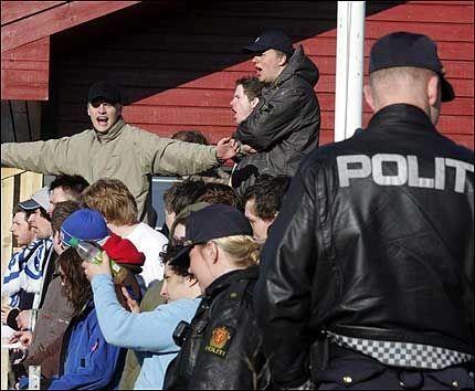 POLITI PASSET PÅ: Supporterne til Rollon i Ålesund hadde bebudet bråk i lokaloppgjøret mot erkefiende Aalesunds Fotballklubb. Politiet kvitterte med et massivt oppbud for å vokte tilskuerne. Foto: ROLF JARLE ØDEGAARD