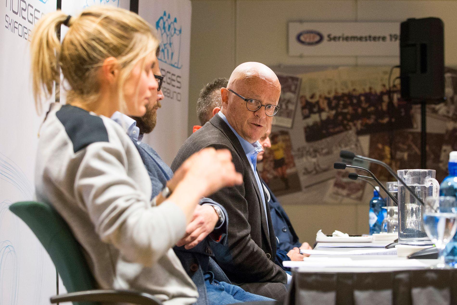 LEGEN: Therese Johaug og lege Fredrik S. Bendiksen på pressekonferansen etter at det ble kjent at Johaug er tatt for doping.