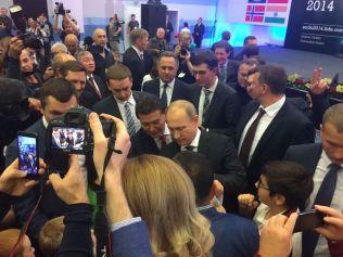 AUTOGRAFJEGERE: Det er ikke lett å si hvem som var mest populær av Magnus Carlsen og Vladimir Putin under dagens medaljeseremoni i Sotsji. Her tar den russiske presidenten seg tid til å skrive et par autografer.