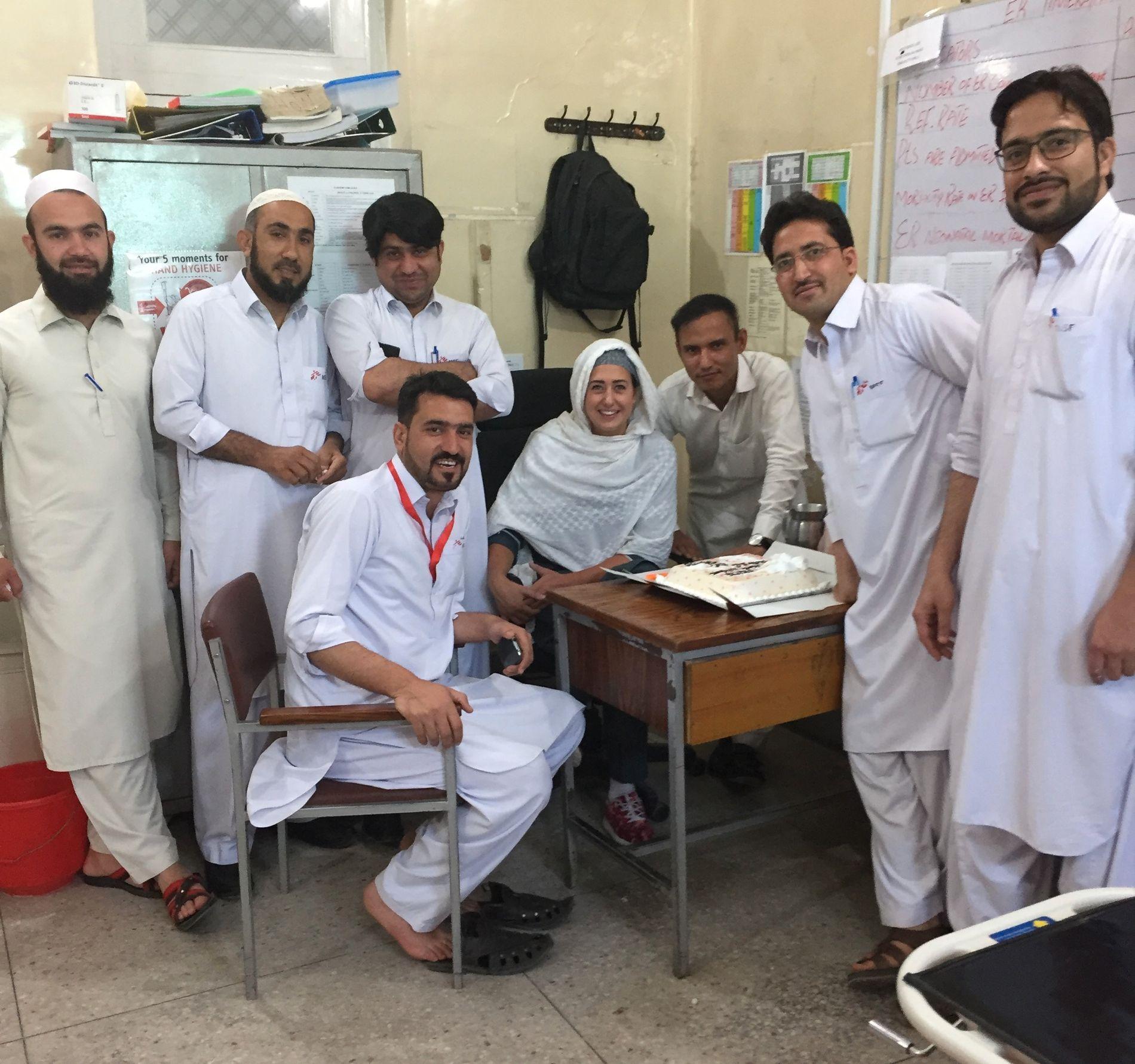 AKUTTMOTTAKET: Her er Fride Bysveen Lier sammen med sine kolleger på det pakistanske akuttmottaket der de tok imot barn med meslinger.