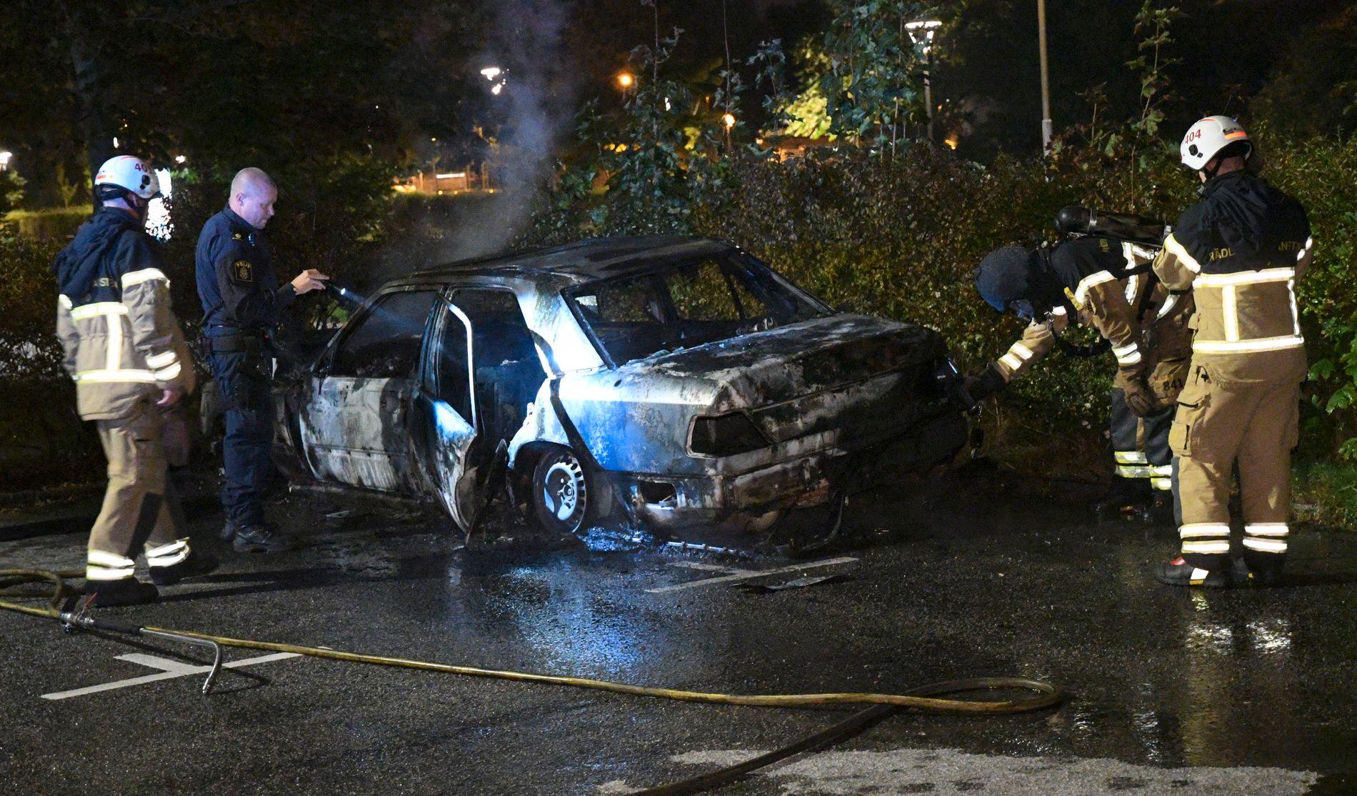 ETTERFORSKER: Politiet undersøker en utbrent bil i kommunen Burløv, like utenfor Malmø, natt til tirsdag.