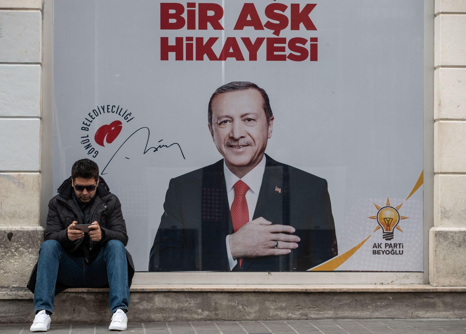 BYEN I HANS HJERTE: President Erdogan hev seg fullt og helt inn i lokalvalgkampen. Her erklærer han sin kjærlighet for Istanbul på en plakat hengt opp i distriktet Beyoglu. Bydelen Kasimpasa, der Erdogan selv vokste opp, er del av dette distriktet.