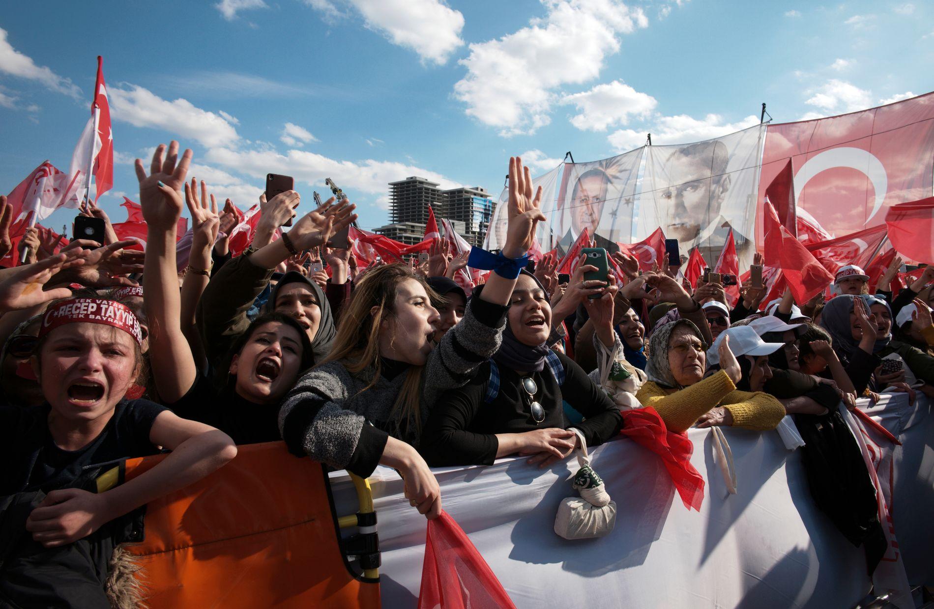 FANATISKE: Erdogans tilhengere er svært lojale mot den tyrkiske presidenten. Her fra et valgmøte denne uken.