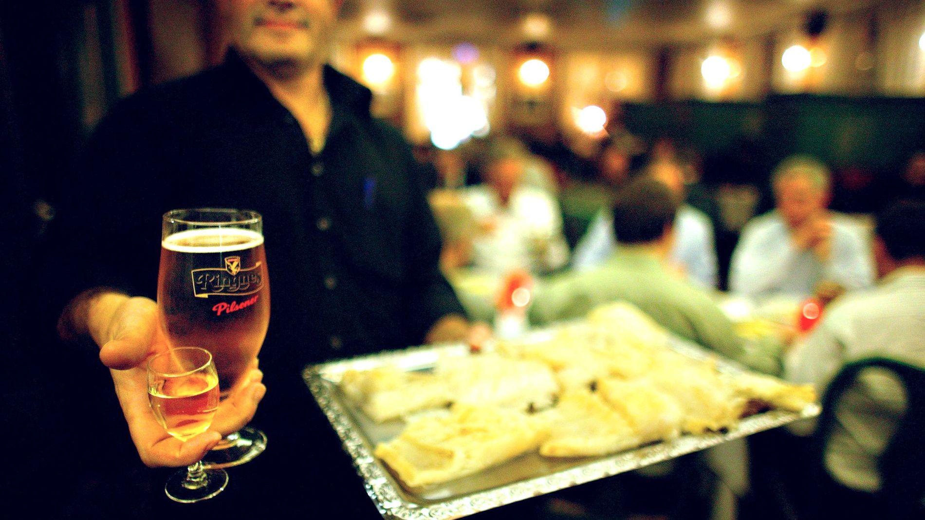 MER ARBEID: Julebordstiden er høysesong i blant annet restaurantbransjen, som trenger mange ekstra hender for å servere feststemte nordmenn.