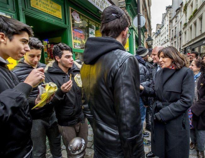 BEROLIGER: Borgermester Anne Hildalgo forlot kontoret og dro opp i de jødiske området av Paris i går.