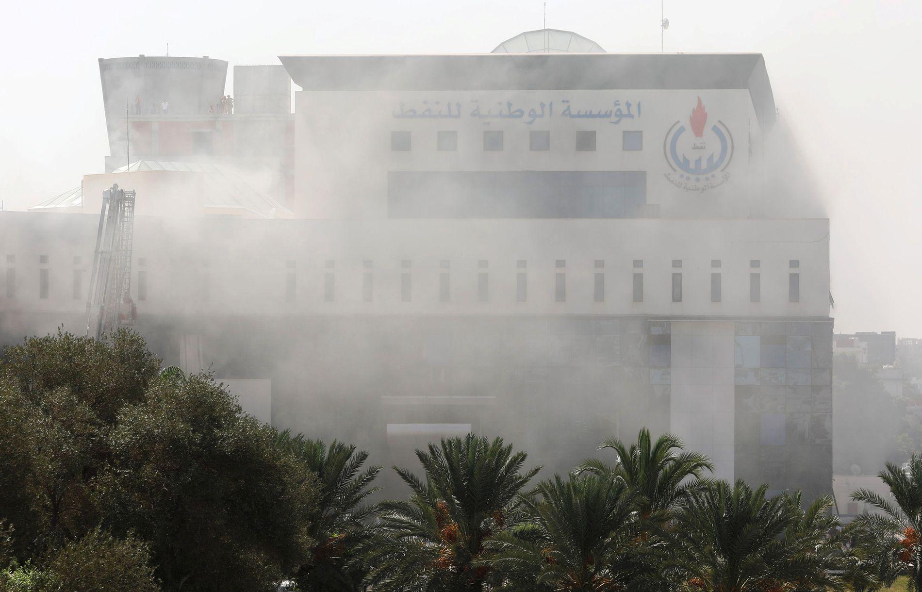 UNDER ANGREP: Bilder fra hovedkvarteret til Libyas nasjonale oljeselskap etter at det ble hørt et kraftig smell utenfor.
