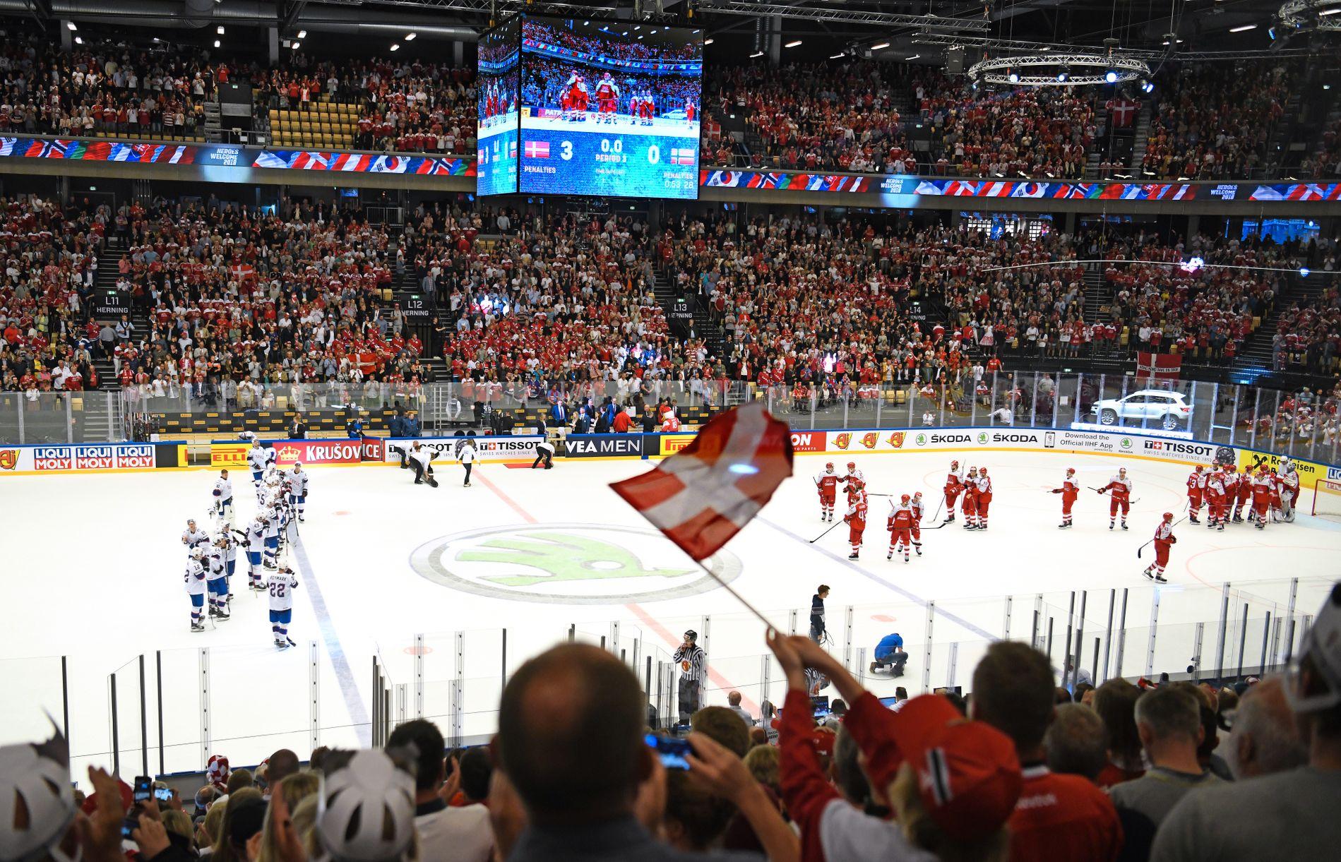 GAME OVER: Landslagssjef Petter Thoresen, helt til høyre i Norges spillerboks, kaster et langt blikk mot jublende danske spillere etter Norge definitivt er ute av kampen om VM-kvarfinalen. Nå må hockeygutta innstille seg på å unngå å rykke ned til B-VM i mesterskapets siste kamp mot nyopprykkede Sør-Korea mandag.