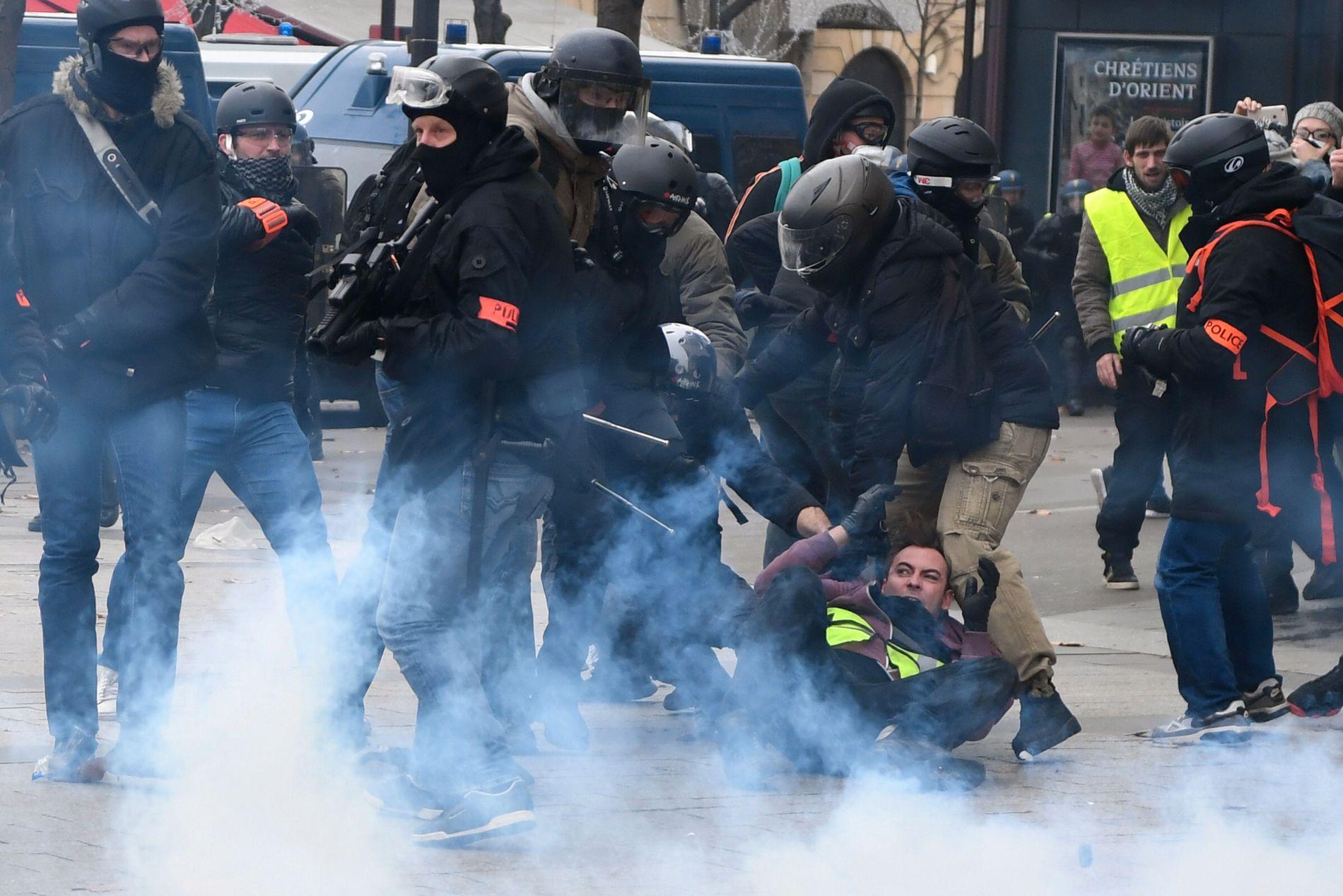 HARDT MOT HARDT: Demonstranter og politifolk har barket sammen flere helger på rad. Dette bildet er fra paradegaten Champs Elysees i Paris lørdag 8. desember.