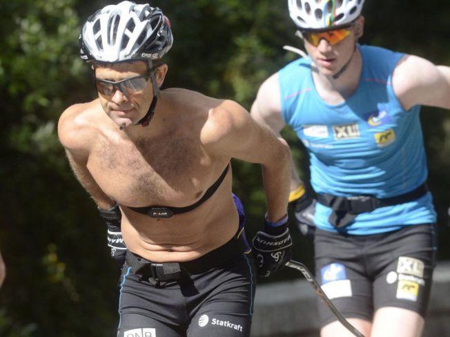 HARDKJØR I SYDEN: Ole Einar Bjørndalen, her på en hard treningsøkt sammen med Johannes Thingnes Bø imotbakkene nord på Mallorca i sommer, holder fast ved sine bøyde staver.