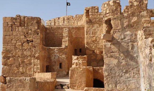 SJOKKBILDENE: Dette bildet ble lagt ut på sosiale medier lørdag, og viser et svart IS-flagg som vaier fra oldtidsfestningen i Palmyra. Det er ikke bekreftet at bildet er ekte, men ingen bestrider at terrorgruppen kontrollerer oldtidsbyen.