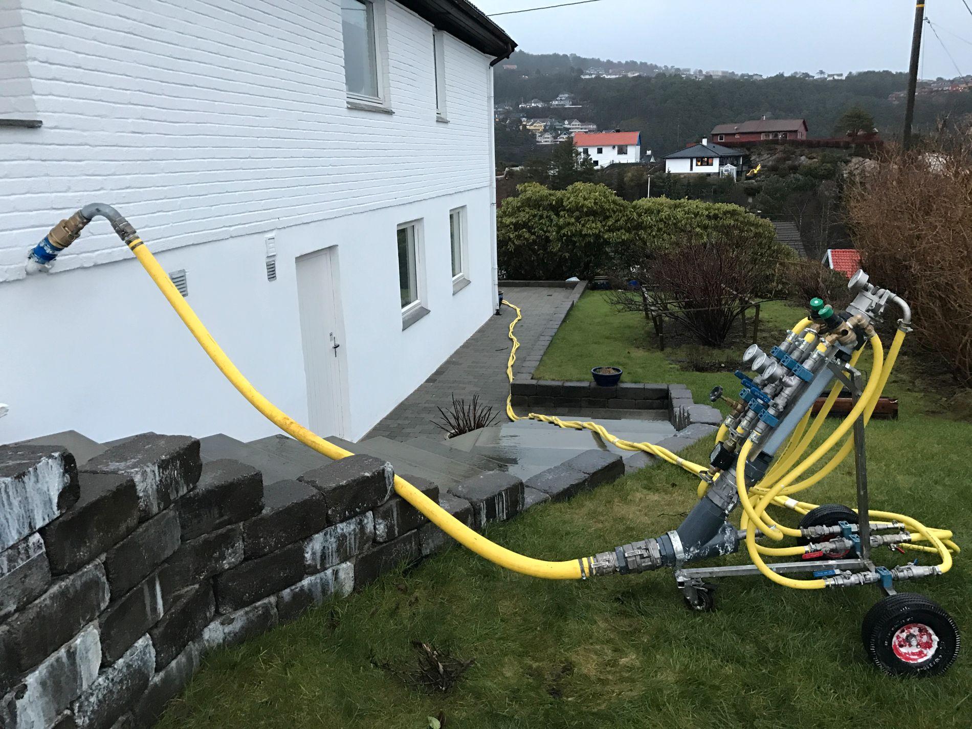 UNIK LØSNING: Som eneste selskap i Norge bruker Nortank en tysk, gravefri metode for å sikre oljetanker.