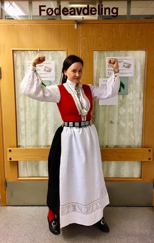 STARTEN: Anja Cecilie Solvik la ut dette bildet på Facebook. Hun ville styrke - og det ble starten på Bunadsgerilian.