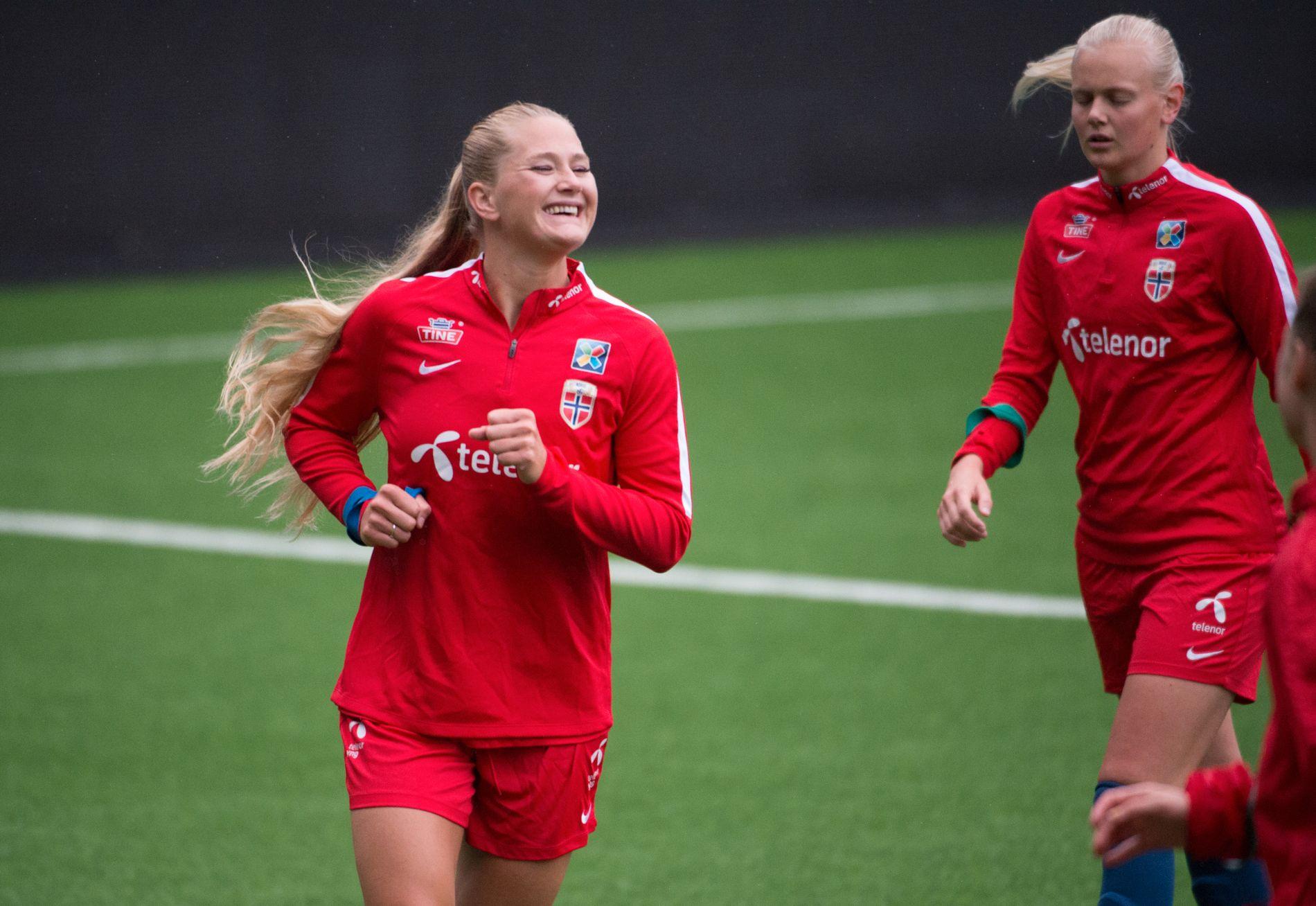 MYE MORO OM DAGEN: Lisa-Marie Karlseng Utland (t.v.) og Karina Sævik på dagens trening med kvinnelandslaget før VM-kvalifiseringen mot Irland.