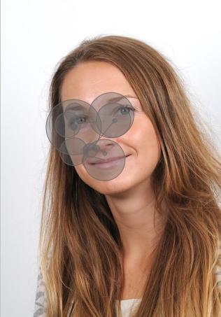 2edf6ad0 SCANNER: I løpet av fem sekunder scanner vi et ansikt. De grå områdene  viser hva vi fokuserer på. Her på et bilde av forskeren selv - Olga  Chelnokova.