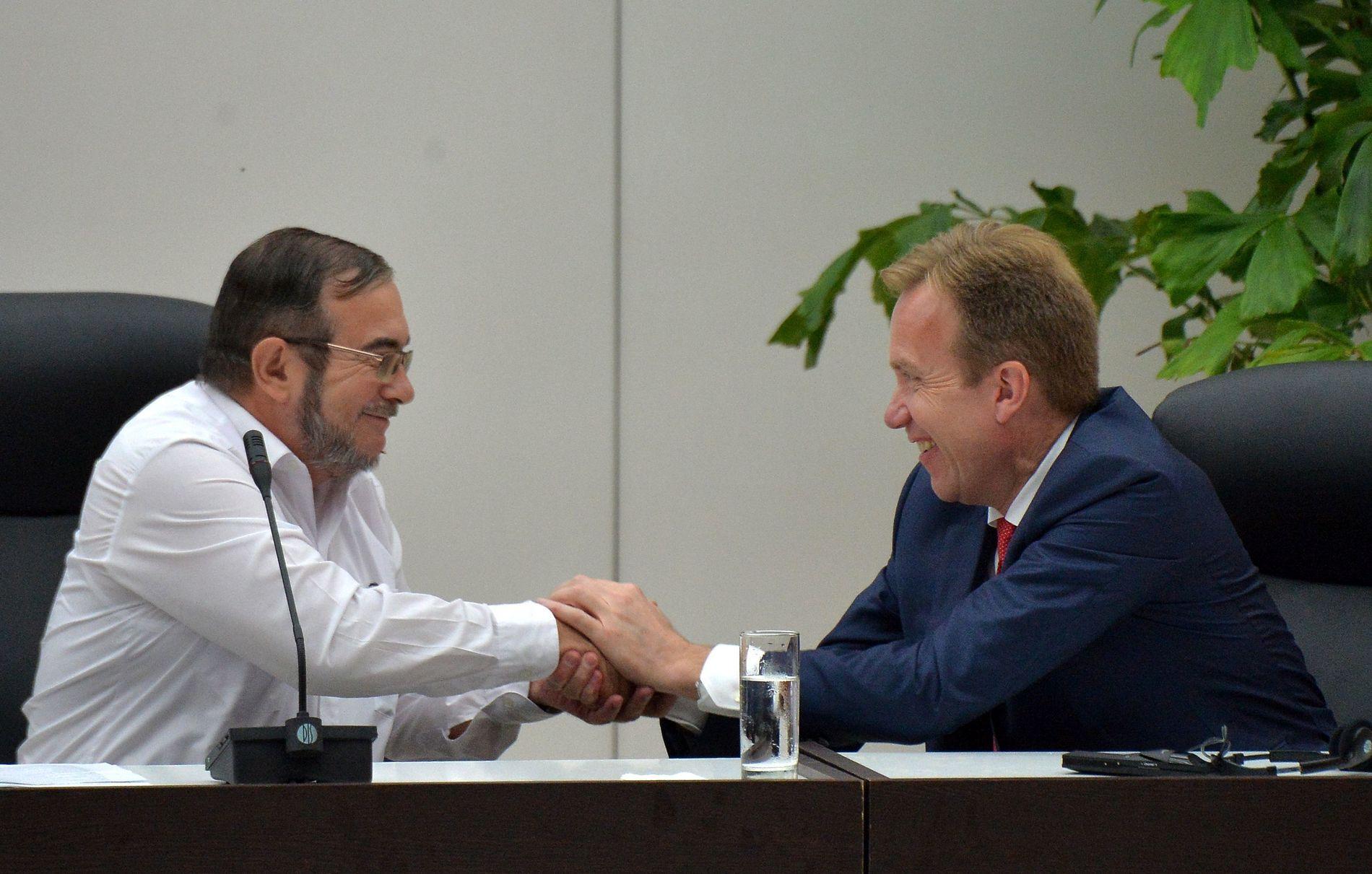 FREDSHÅP: Utenriksmiister Børge Brende gratulerer Farc-leder Timoleon Jimenez i forbindelse med offentliggjøringen av fredsavtalen i juni. Nå henger fredsåpet i en tynn tråd. Foto: AFP
