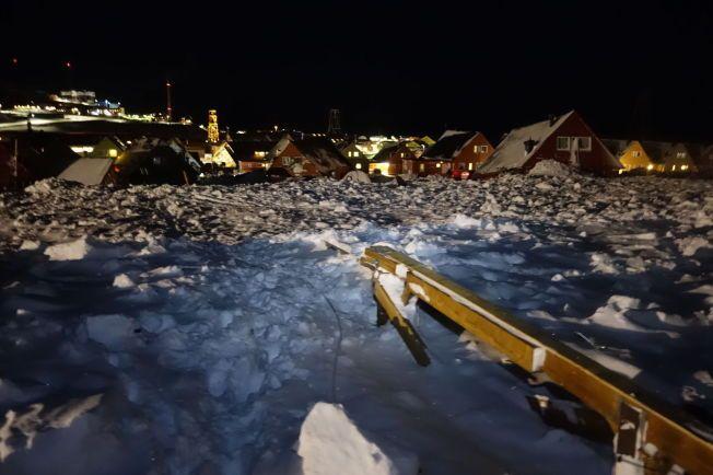 BEGRAVD: Hus ble flyttet flere meter og biler ble begravd i snøskredet på Svalbard lørdag. To mennesker mistet livet i det voldsomme skredet.
