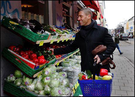 FARGERIKT UTVALG: Treningsekspert Yngvar Andersen er stamkunde på Sultan Marked på Grünerløkka i Oslo, hvor utvalget av frukt og grønt er stort. Foto: Magnar Kirknes.