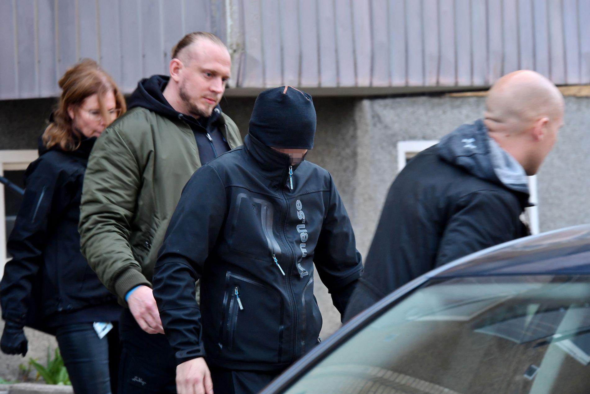 HENTET PERSON I LEILIGHET: En mann i svarte klær ble lørdag kveld ført ut og inn i en sivil politibil med sotede bakruter fra en adresse sør i Stockholm. Mannen var ikke påført håndjern.