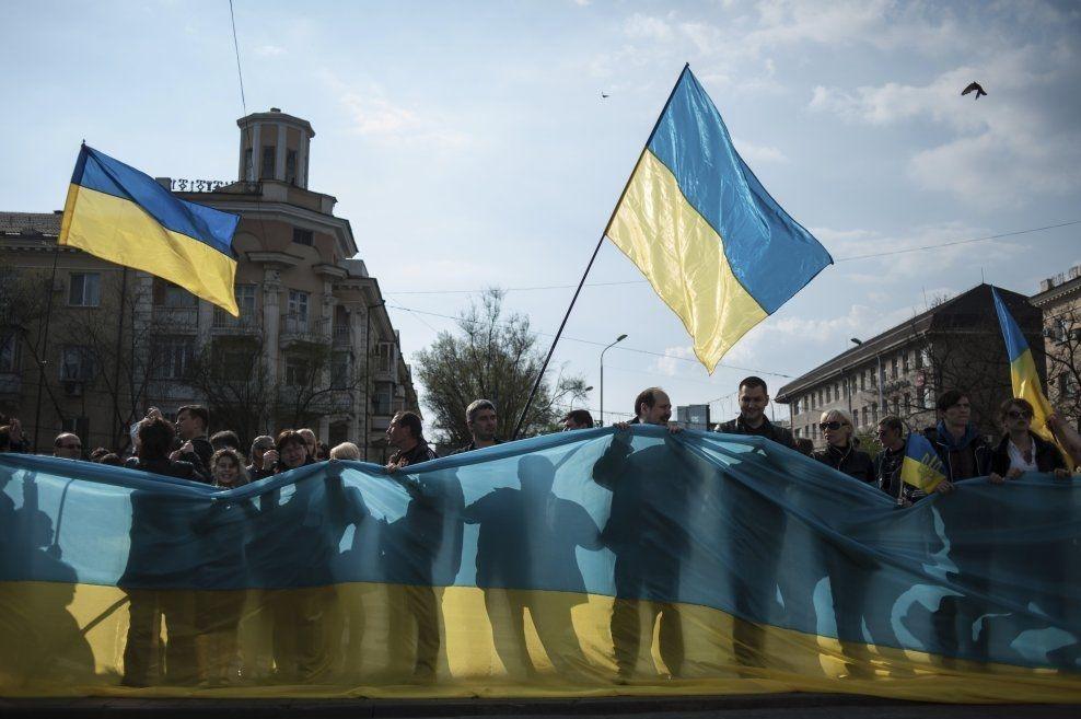 DEMONSTRERER: Pro-Ukrainske demonstranter under en protest i Mariupol onsdag. Nå har ukrainske soldater igjen tatt kontroll over byens rådhus. Foto: AP/ NTB Scanpix