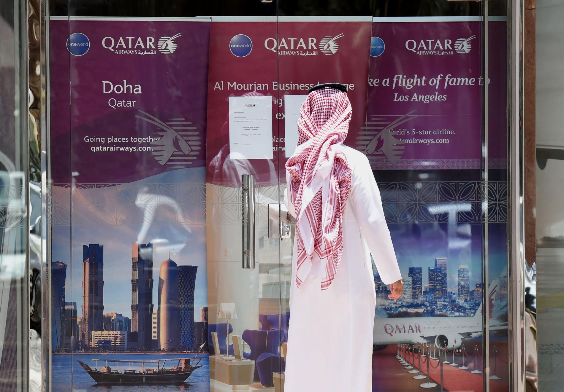 STENGT: En mann i Riyad, hovedstaden i Saudi-Arabia, betrakter det stengte kontoret til Qatar Airways.