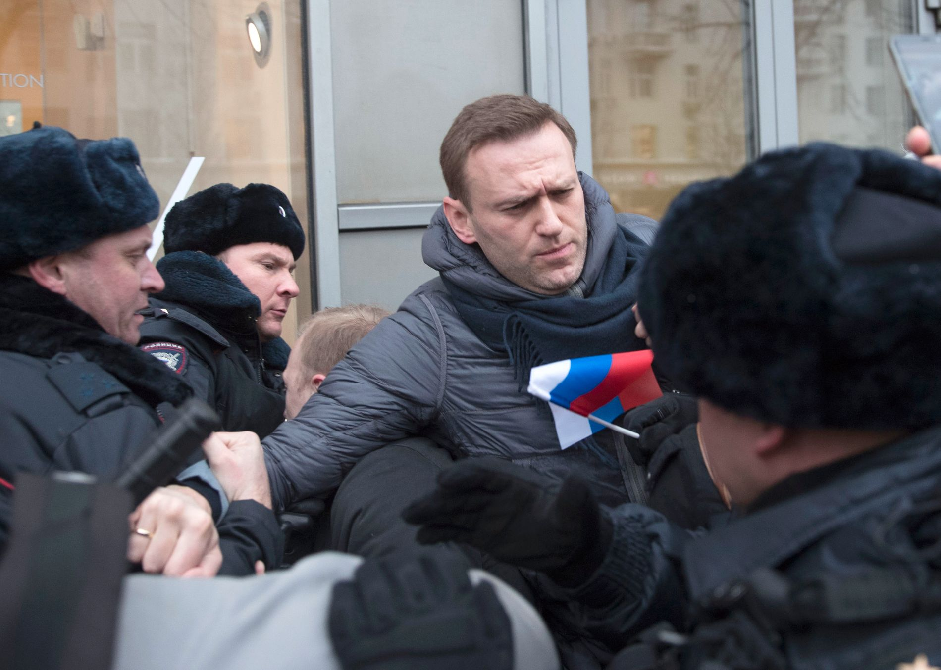 PÅGREPET: Opposisjonspolitiker Aleksej Navalny ble hanket inn av politiet i Moskva like før demonstrasjonen startet.