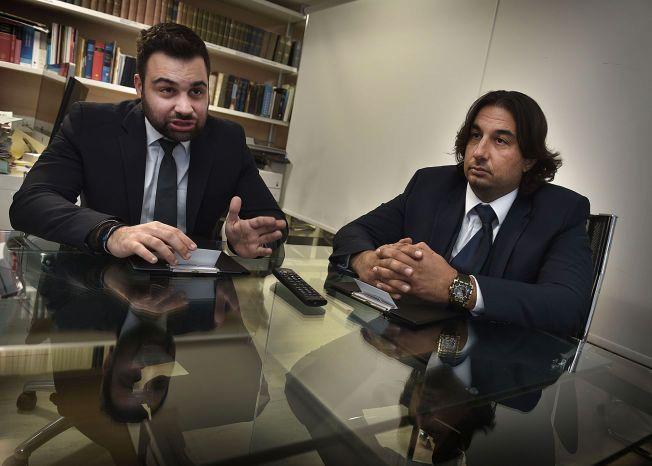 FORSVARERE: Andreas L. Louka (t.v.) og Soteris Argyrou forsvarer de tre mennene som sitter i varetekt på Kypros.