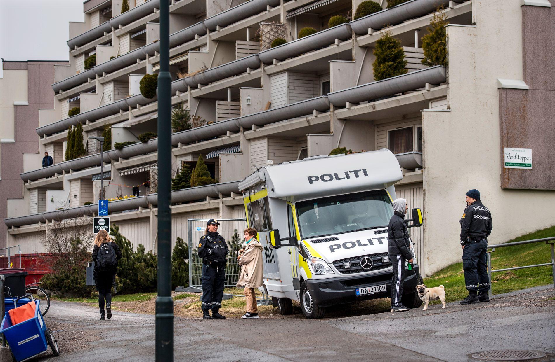PÅ PLASS: Politiet i Oslo var mandag på plass på Vestli i Oslo etter flere voldsepisoder i bydelen Stovner den siste tiden, deriblant en episode hvor natteravner ble angrepet. Mandag ble det kjent at politiet hasteansetter 30 årsverk.