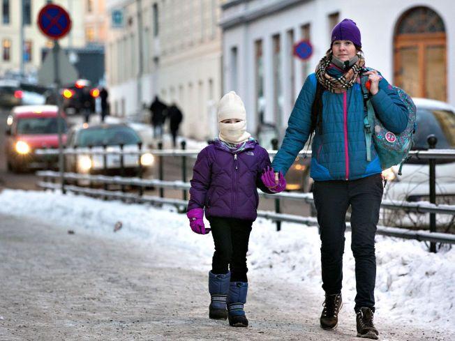 DÅRLIG LUFT: Karianne og mamma Sara Jensen er sikre på at biltafikken i Løkkeveien foran skolen har mye av skylden for Kariannes luftveisproblemer.