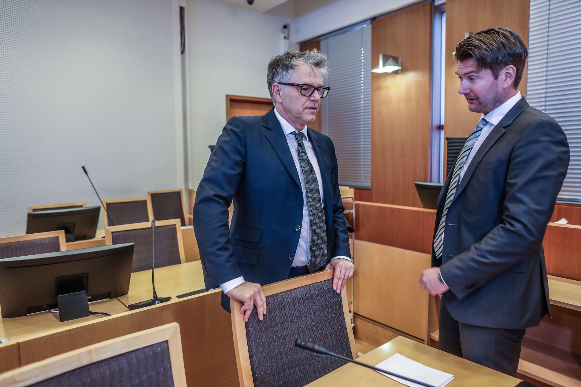 I RETTEN: Politiadvokat Christian Hatlo (t.h.) og forsvarer Øyvind Storrvik i retten i dag.